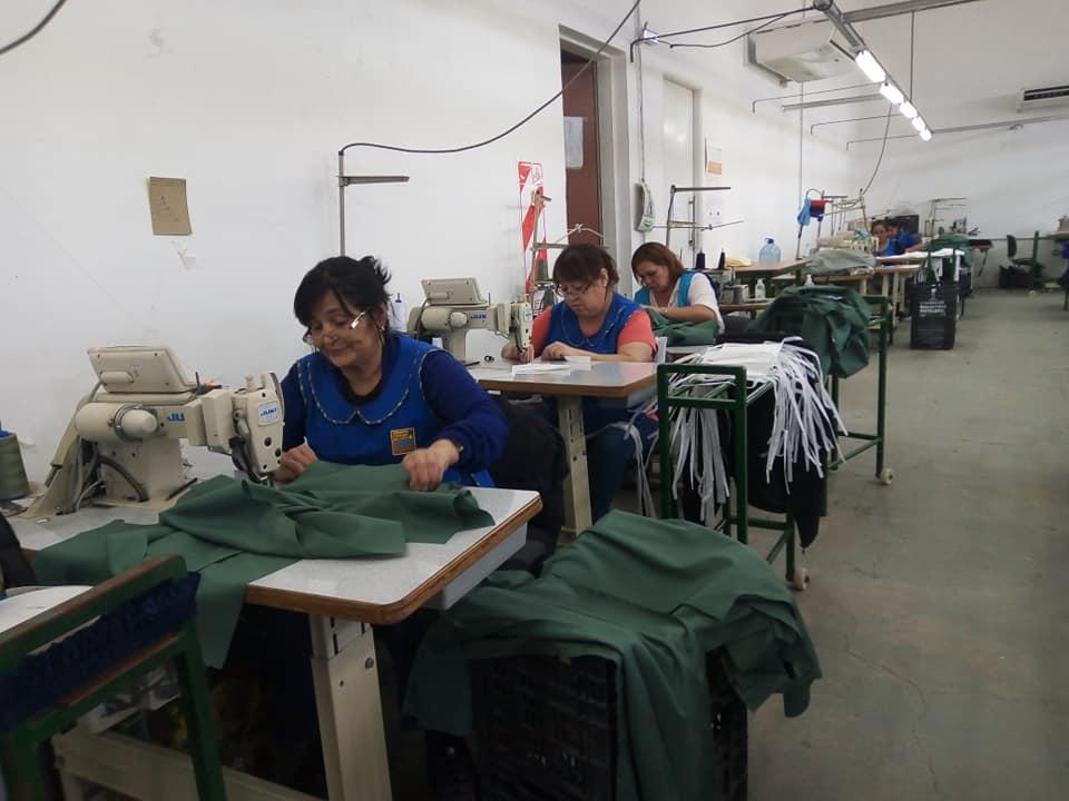 Fábrica textil gestionada por sus trabajadoras. En la imagen algunas de sus trabajadoras cosiendo