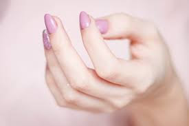 Healthy fingernails are firm, yet flexible, their smooth surface shimmers dull. The so-called crescent at the nail root is light. Flawless skin surrounds the nail.