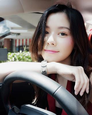 cewek IGO manis selfie di dalam mobil imut dan hot