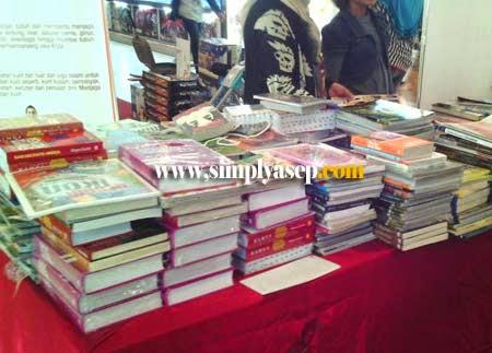 BUKU BUKU : Segala macam buku ada di Gramedia di seluruh Indonesia termasuk Gramedia Ahmad Yani Mega Mall yang saya kunjungi tadi malam (9/6). Foto Asep Haryono