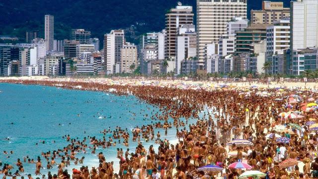 Praia Lotada na Cidade do Rio de Janeiro