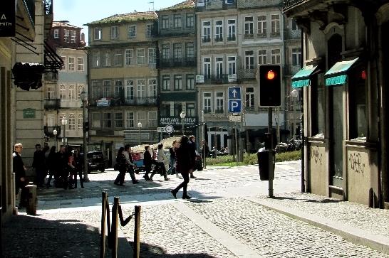 movimento de pessoas em rua e praça do Porto