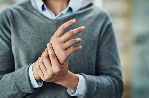 Penyakit Artritis Reumatoid Tangan Pada Kasus Muskuloskeletal  Artritis reumatoid merupakan sebuah kondisi yang ditemui pada tangan manusia. Hal ini akan menimbulkan adanya nyeri serta bengkak pada daerah yang terkena salah satunya pada tangan. Hal ini bisa terjadi akibat adanya gangguan pada sistem autoimun yang masih belum diketahui etiologinya. Maka dari itu artikel ini telah membawakan bahasan dari penyakit artritis reumatoid tangan, untuk mengetahuinya dengan lebih lanjut silahkan di simak dengan sebagai berikut ini :  Definisi Artritis Reumatoid  Suarjana (2009) artritis reumatoid tangan adalah penyakit gangguan sistem autoimun yang tidak diketahui etiologinya. Penyakit artritis reumatoid ini tidak dapat ditujukan memiliki hubungan pasti dengan genetik, tetapi menurut pada ahli terbaru tentang penyebab dari penyakit ini adalah adanya faktor genetik yang akan menjurus pada perkembangan penyakit setelah terjangkit beberapa penyakit virus.  Febriana (2014) artritis reumatoid tangan adalah suatu penyakit autoimun yang biasanya menyerang persendian kecil dan mengalami peradangan, sehingga terjadi pembengkakan, nyeri dan sering kali menyebabkan kerusakan pada bagian dalam sendi.  Etiologi Artritis Reumatoid  Faktor Genetik  Faktor genetik berperan penting terhadap kejadian artritis reumatoid, dengan angka kepekaan dan ekspresi penyakit sebesar 60 %.  Faktor Infeksi  Beberapa bakteri dan virus diduga sebagai agen penyebab penyakit artritis reumatoid. Organisme ini diduga menginfeksi sel induk dan mengubah reaktivitas atau respon sel T sehingga mencetuskan timbulnya penyakit.  Faktor Lingkungan  Dalam faktor lingkungan artritis reumatoid ini dapat disebabkan karena lingkungan pekerjaan yang tidak bagus.  Faktor Risiko Artritis Reumatoid  Jenis Kelamin  Perempuan lebih mudah terkena artritis reumatoid dibandingkan dengan laki-laki, perbandingannya 2-3:1.  Umur  Artritis reumatoid biasanya timbul antara usia 40-60 tahun. Namun, penyakit ini juga dapat terjadi pada dewas