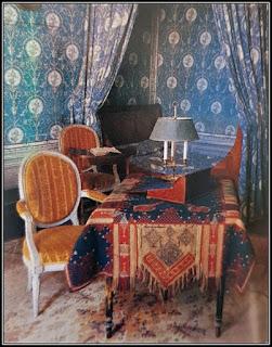 Το γραφείο της Γεωργίας Σάνδη με δύο καρέκλες