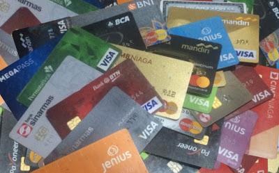 Contoh Kartu Kredit dan Kartu Debit/ATM (Foto Pribadi)