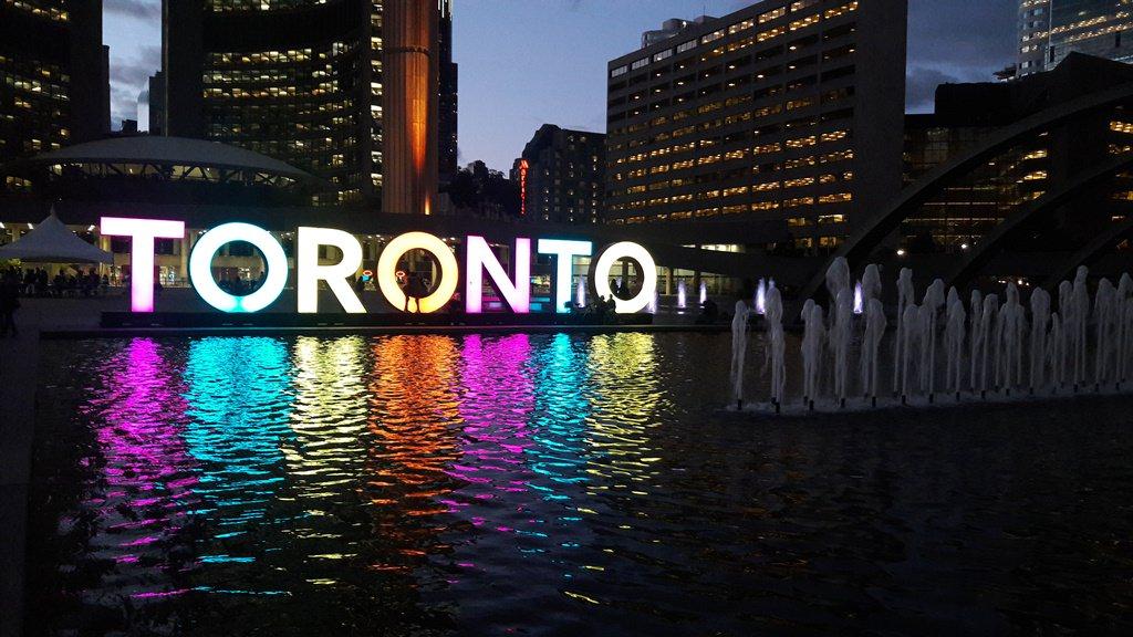 Letreiro de Toronto na Nathan Square