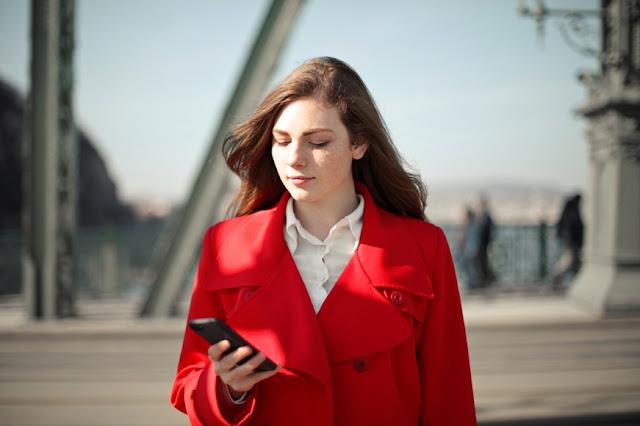 Wanita memegang smartphone