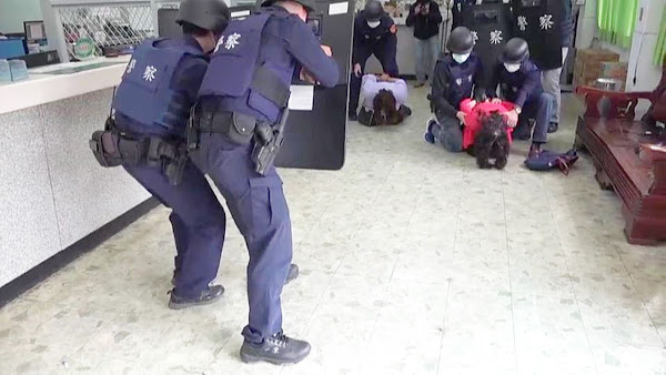 員林警分局防搶演練好逼真 雙女大盜持槍搶劫