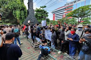 Demo Tolak Omnibus Law, Mahasiswa di Semarang Jebol Gerbang DPRD Jateng