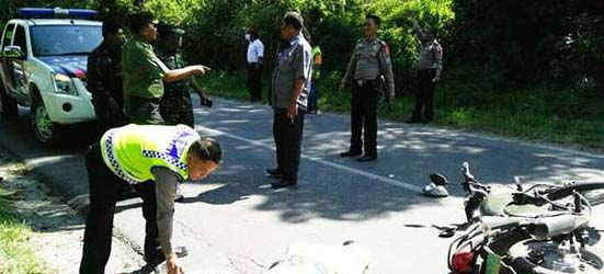 Warga menyaksikan evakuasai kecelakaan yang menewaskan anggota TNI di Taput.