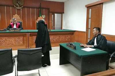 Anggi Indah Kusuma appearing in a West Jakarta district court in March 2018.