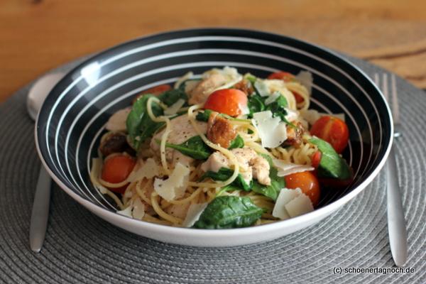 Spaghetti mit Hähnchenbruststreifen, Babyspinat und getrockneten Feigen