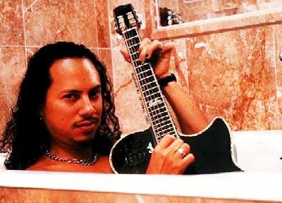 Foto de Kirk Hammett en la ducha con su guitarra