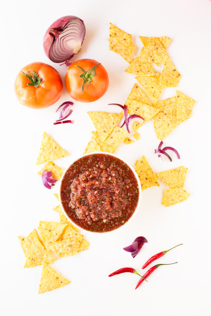 Homemade Salsa Con Nachos: A delicious sauce that is prepared in less than 10 minutes. You have to beat!