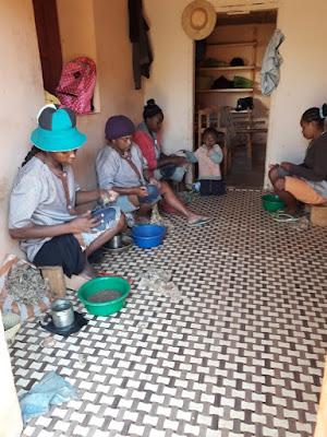 mujeres-malgaches-en-la-fabrica-de-seda-en-madagascar-con-enlacima