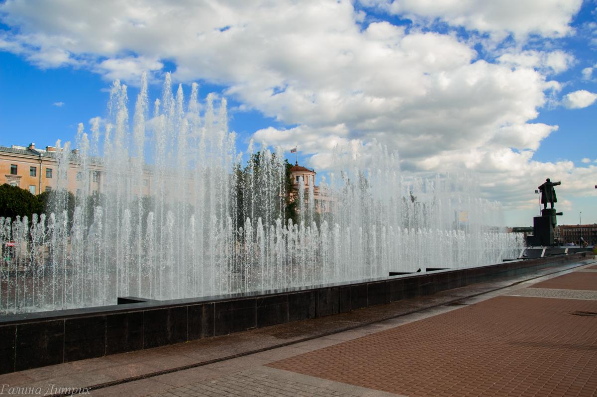 Фонтаны перед Финляндским вокзалом фото