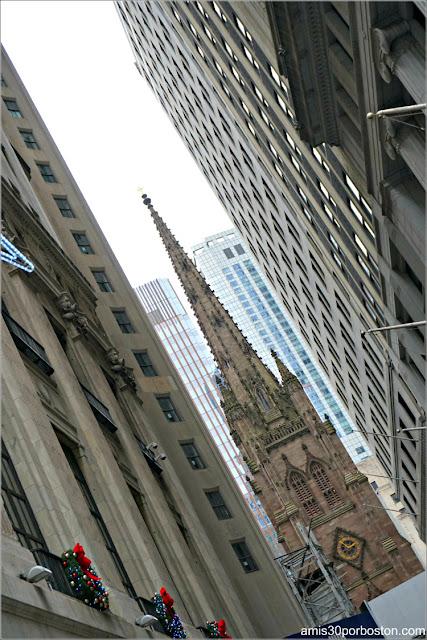 Iglesia de la Trinidad desde Wall Street en Nueva York