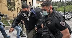 Φορώντας χειροπέδες και διπλή κουκούλα προκειμένου να μην φανεί το πρόσωπό του ο Μένιος Φουρθιώτης έφτασε στα δικαστήρια της Ευελπίδων για...