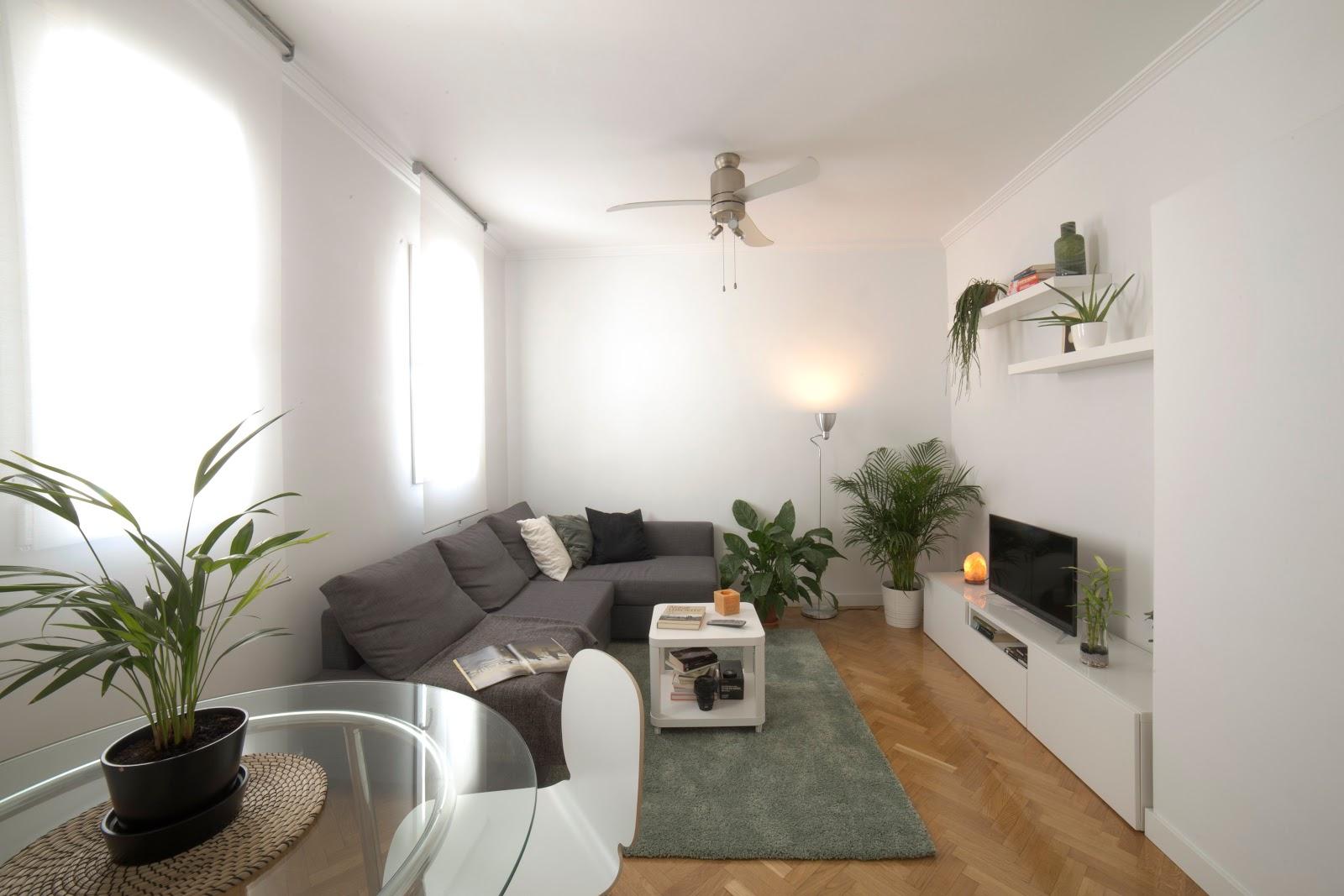Dificilmente você irá conseguir alugar seu apartamento por um bom preço se ele estiver com uma iluminação precária. Por esse motivo, a preocupação com as luzes deve ser uma prioridade durante a decoração do apartamento que pretende alugar. Para garantir uma boa iluminação você pode apostar na instalação de luminárias simples e discretas, lâmpadas econômicas e spots. Além disso, procure valorizar a iluminação natural através das janelas e de cores mais claras nas paredes.