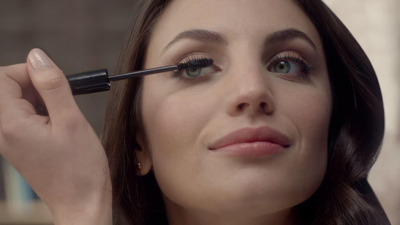 Modella Avon mascara Wide Awake con Foto - Testimonial Spot Pubblicitario Avon 2016