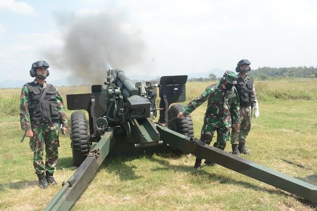 Meriam Howit 2 CR M 2 A2 Digunakan Prajurit Yon Armed 5/105 Tarik Saat Latbak Senjata Berat