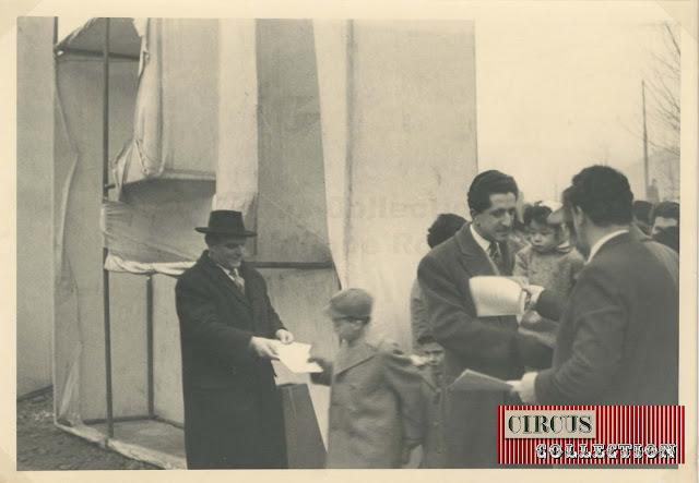 Le contrôle des billets a l'entrées du Cirque  Darix Togni 1954