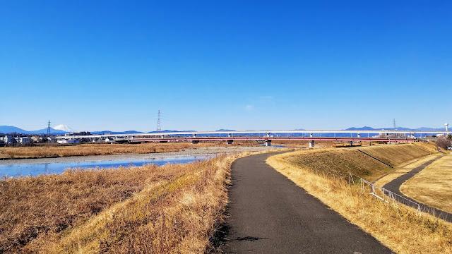 調布から通称タマサイ(たまリバー50キロ)で羽村まで行き、一般道を通って青梅経由で武蔵五日市へ。秋川沿いに下って多摩川を渡り拝島から玉川上水沿いに武蔵境まで走るサイクリングコース