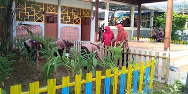 Di Masa Pandemi ( Covid 19 ) Kegiatan Penanaman Tanaman Toga Di Taman Belakang Sekolah Pada Jumat Bersih SMA Negeri 1 Bojonegoro Tetap Rutin Dilaksanakan