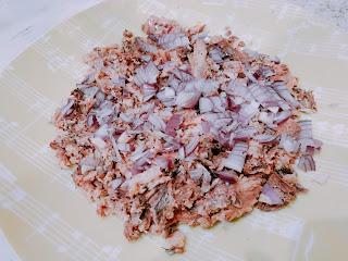 Салат с рыбными консервами и огурцом