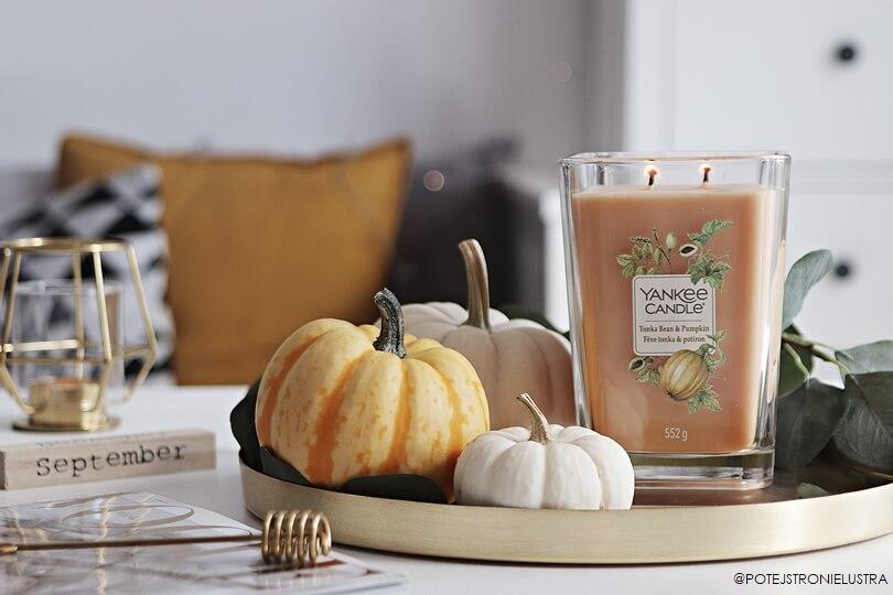 jesienna świeca zapachowa i małe dynie