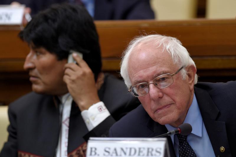 Morales y su socio demócrata Bernie Sanders en un acto en el Vaticano en 2016 / THUMB