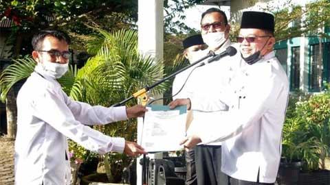 Kakankemenag Pasaman Serahkan SK Dua Pejabat Fungsional