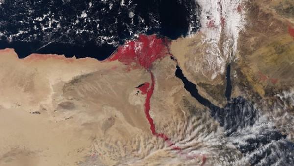 Vista del río Nilo rojo sangre desde satélite del espacio