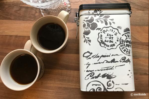 Valkoinen kahvipurkki