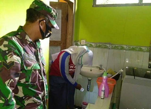 Babinsa Koramil Polanharjo Dampingi Tim Jumantik Cek Jentik Di Desa Ponggok