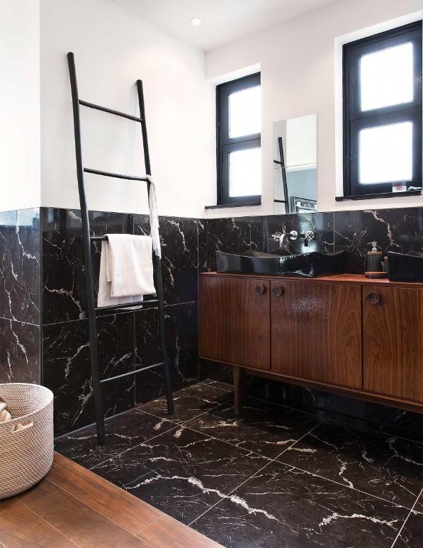 baño con zocalo de marmol negro chicanddeco