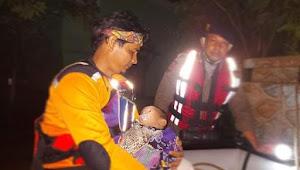 Tanggul sungai Belawan Jebol, Personel Polda Sumut evakuasi korban