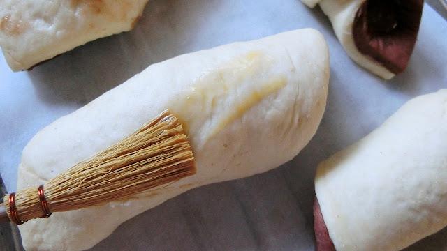 表面にドリュール(つや出し用卵黄)を刷毛で塗ります。焼きあがりにツヤを出したい部分にのみ、塗るります。