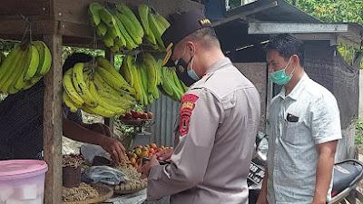 Bagi Bansos Ke Kurra, Kapolres Tana Toraja Borong Dagangan Pedagang Kecil di Perjalanan