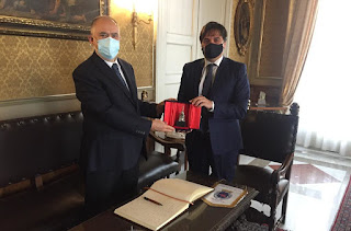 Il Sindaco di Catania Salvo Pogliese durante la consegna dell'elefantino d'argento al Prefetto di Catania Claudio Sammartino