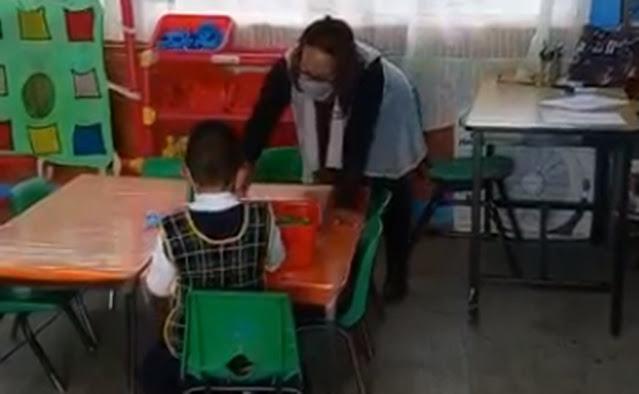 Padre obligó a su hijo de kínder a regresar a clases presenciales en Ecatepec, fue el único alumno, lo tunden en redes
