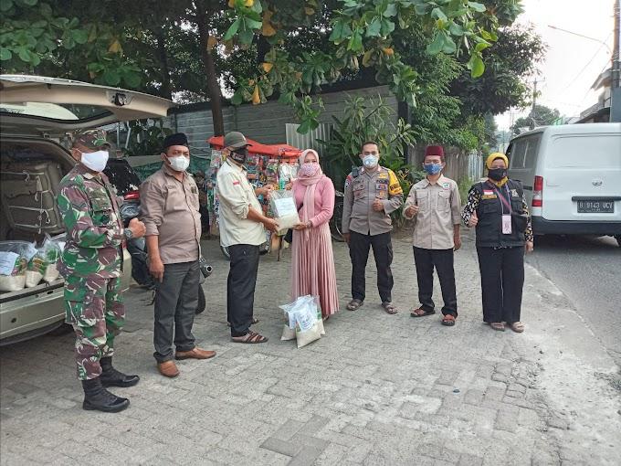 Bantu Warga Isoman, BKM Wijaya Mampang Bagikan 100 Paket Sembako