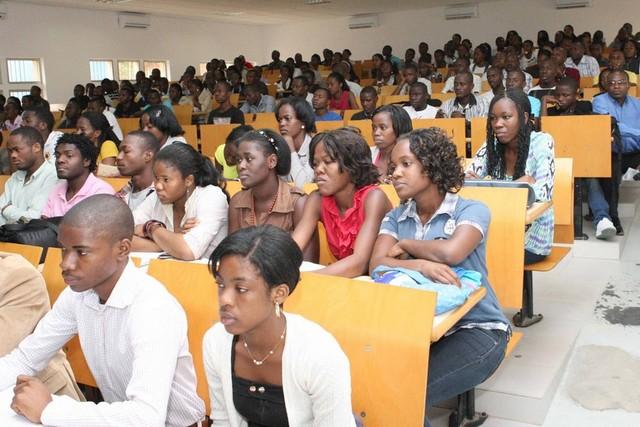 Mais de 80% dos Estudantes Angolanos se licenciam fazendo cabula ou dependendo de um colega aplicado nas provas.