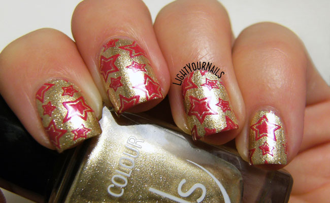 Red and gold wrapping paper #nailart // Nail art rossa e oro stile carta da regalo natalizia con lo smalto TNS Atomic 79a