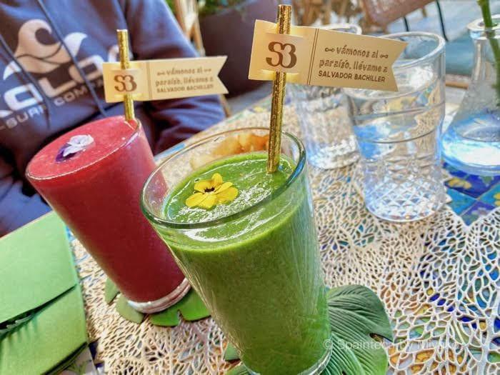マドリードのカフェの赤い果実スムージーと緑色のエナジースムージ