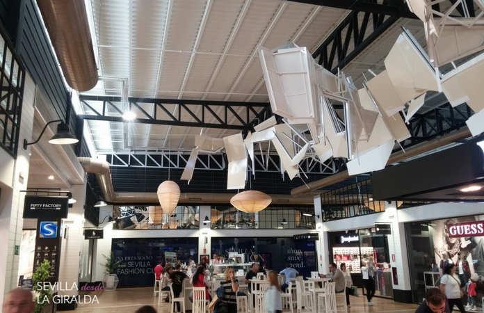 Zona interior del oulet del aeropuerto de Sevilla.