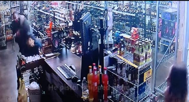 Video: Momento en que madre e hija enfrentan a balazos a violento ladrón