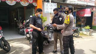 Keliling Kelurahan, Bhabinkamtibmas Butung ingatkan Prokes kepada Warga