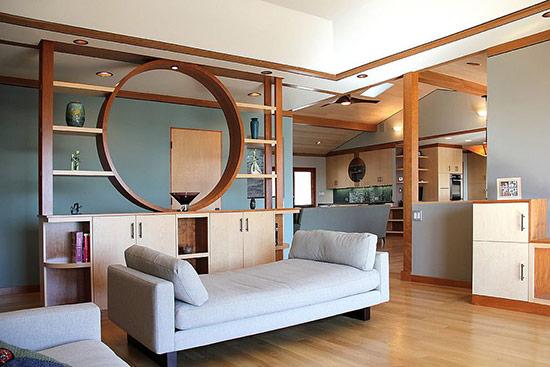 Một kệ gỗ cách điệu cao được sử dụng trong trường hợp này đem lại cái nhìn mới mẻ cho ngôi nhà.