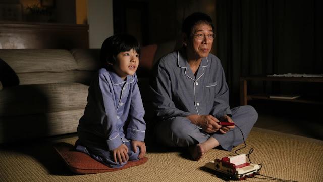 Cena da série Final Fantasy Dad of Light, mostrando pai e filho jogando videogame juntos.